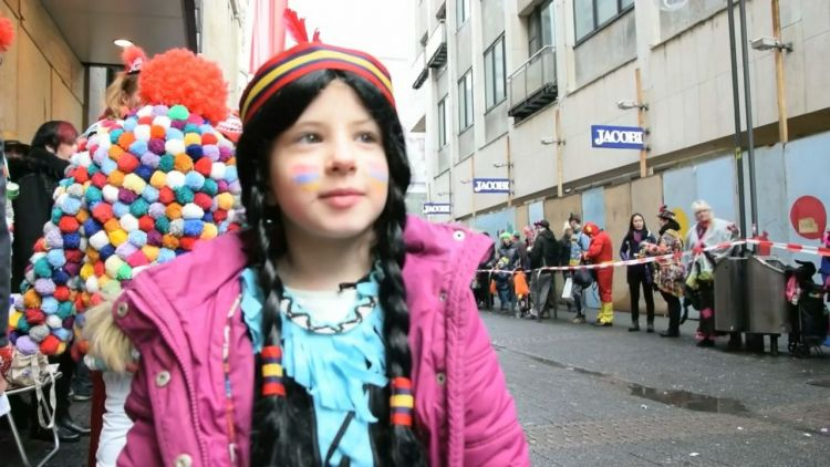 Auf der Jagd: Kids im Kölner Kamelle-Rausch